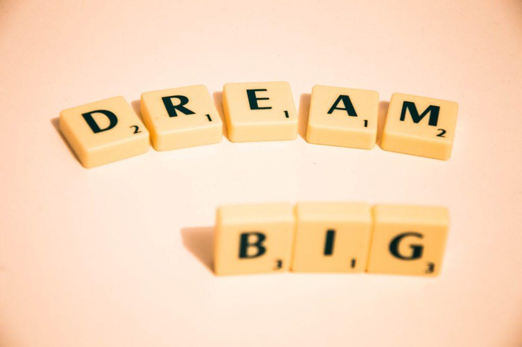 Letrinhas de jogo scrabble que juntas formam as palavras dream big